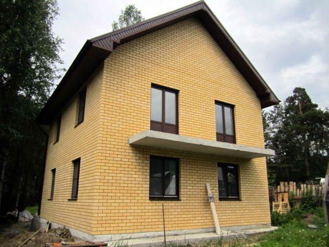 Остекление частного дома: стандартный цветной профиль REHAU