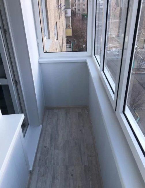 Провели остекление и отделку пластиком небольшого балкона