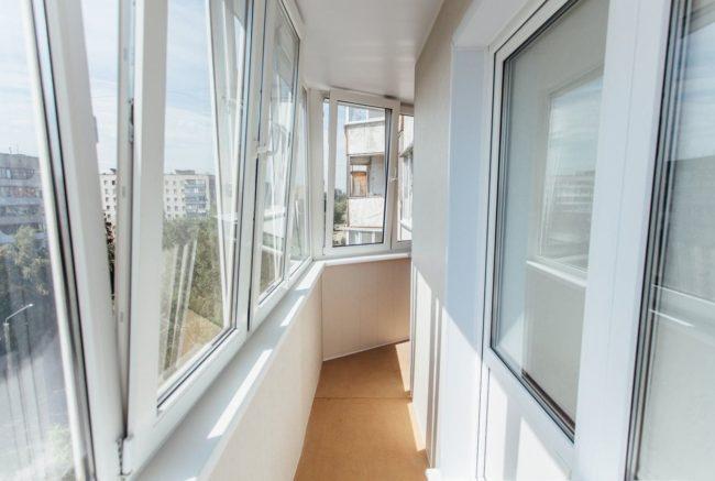 Тёплый ПВХ профиль REHAU на узком и длинной балконе