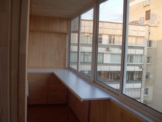 Алюминиевый раздвижной профиль, а также отделка балкона деревом
