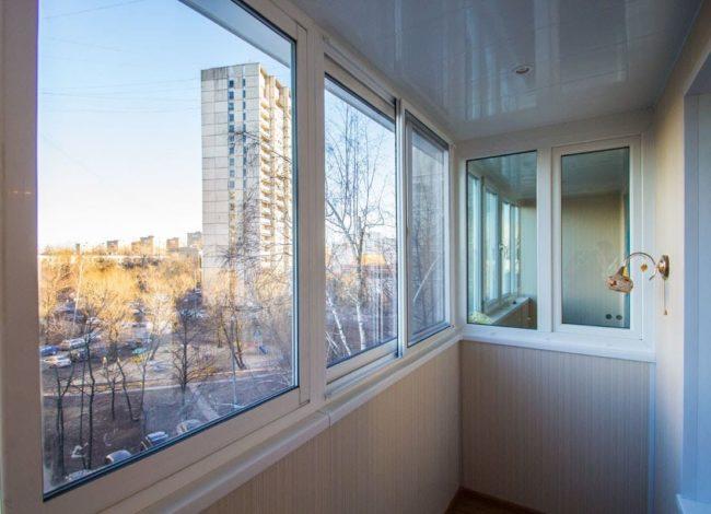 Недорогая и практичная отделка балкона