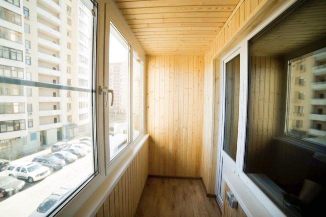 Выполнили отделку балкона под ключ: тёплое ПВХ остекление, пол, стены и потолок - дерево